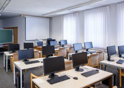 Im modernen Computerraum hat jeder Kursteilnehmer einen eigenen Arbeitsplatz.